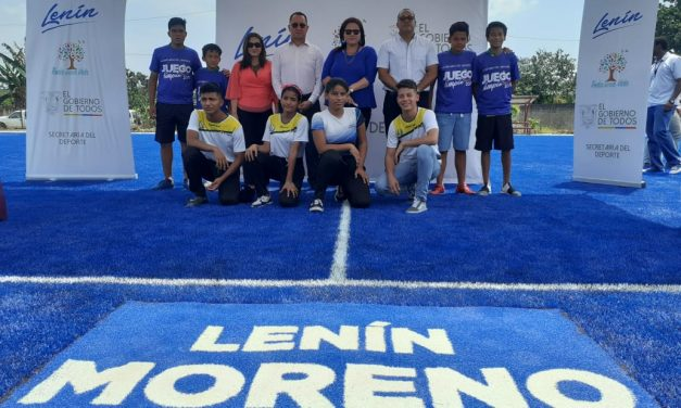 """Gobernadora de Loja justifica el uso de la marca """"Lenín"""" en obras públicas"""
