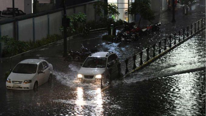 calle inundada en Guayaquil
