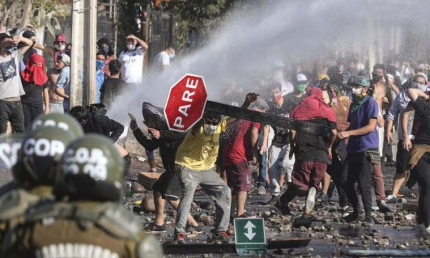 Vuelven las protestas violentas en Santiago de Chile a pesar del confinamiento