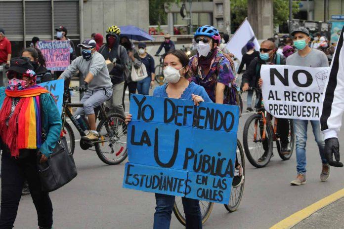 Estudiantes universitarios protestan en Quito contra el recorte en el presupuesto a la Educación. FOTO: PSO/La Calle