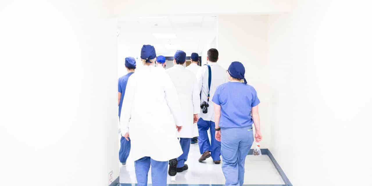 Gobierno del Ecuador despide a personal de salud en plena emergencia sanitaria