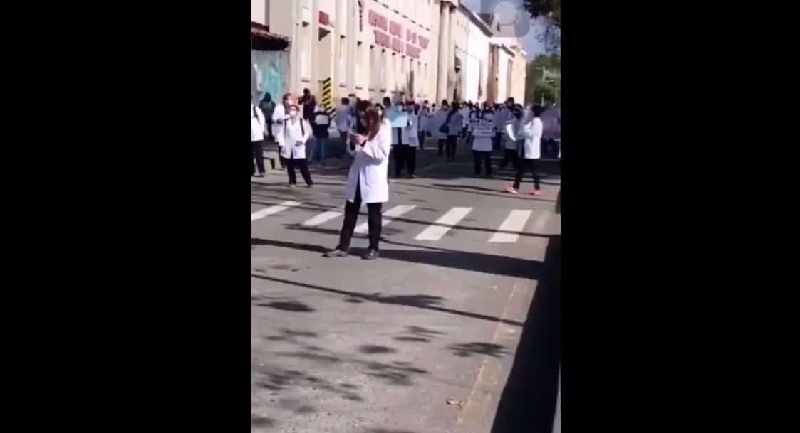 Cuenca: médicos posgradistas exigen al Gobierno el pago de sus remuneraciones