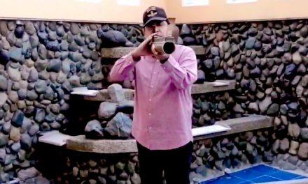 Lucio Gutiérrez hace campaña con un arma de fuego