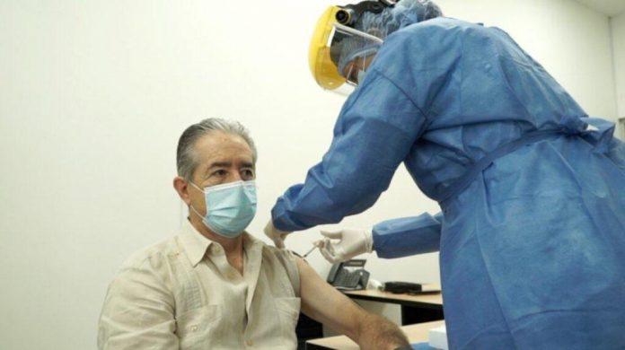 Ministro Zevallos recibiendo la vacuna. Fuente: SECOM