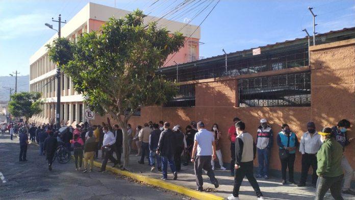 Largas filas en los colegios de la capital.