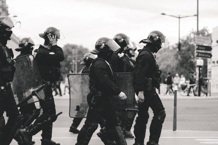 Policía / Photo by ev on Unsplash