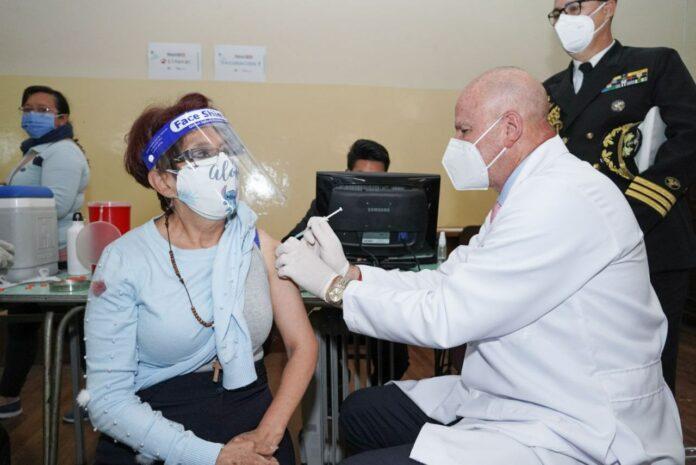 El Vicepresidente Borrero vacunando a una ciudadana. Foto: Vicepresidencia.
